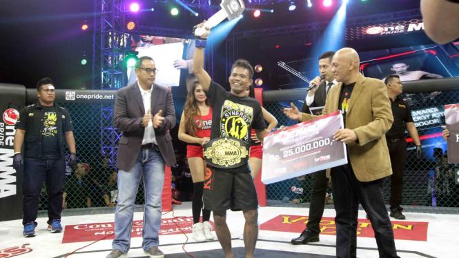 Suwardi Kalahkan Rengga di Final Flyweight One Pride MMA 2