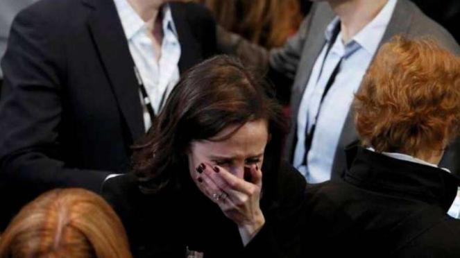 Seorang pendukung Hillary tak kuasa menahan tangis menghadapi kekalahan.