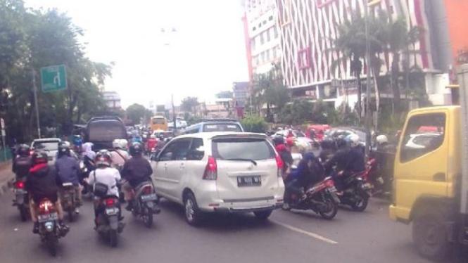 Kondisi lalu lintas di PGC, Jakarta Timur.