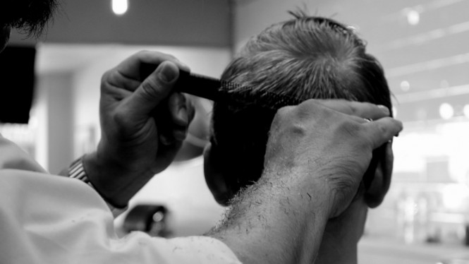 Ilustrasi menyisir rambut pria.