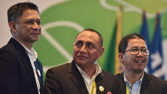 Ketum PSSI, Edy Rahmayadi (tengah) dan wakilnya, Iwan Budianto (kiri) dan Joko Driyono.