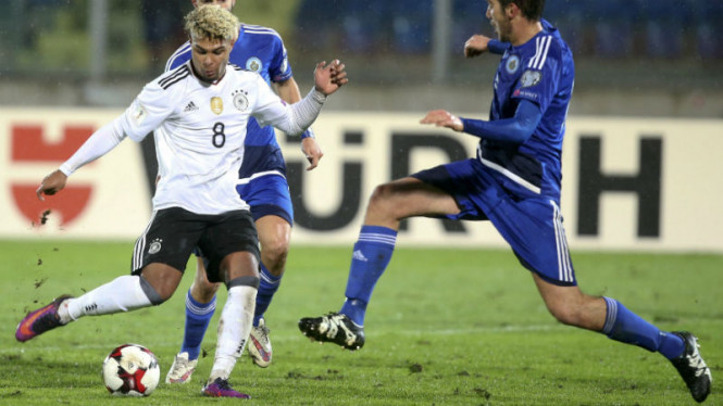 Striker Timnas Jerman, Serge Gnabry (kiri)