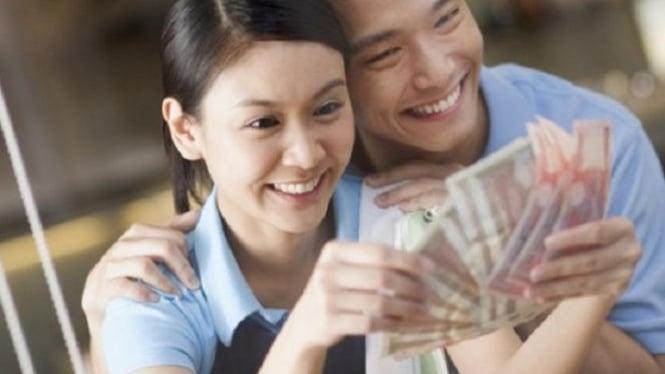 Ilustrasi mengurus keuangan dengan pasangan.