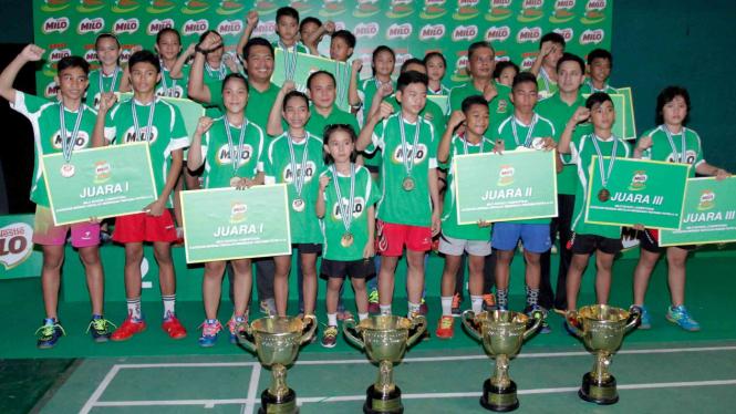 Para juara kategori beregu SD dan SMP SIRNAS-MILO School Competition Manado 2016