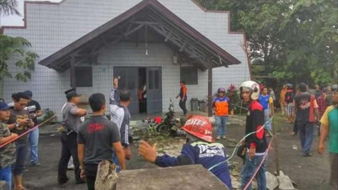Kondisi Gereja Oikumene Samarinda usai terkena lemparan bom jenis Molotov, Minggu (13/11/2016). Empat orang anak-anak menjadi korban kejadian ini.