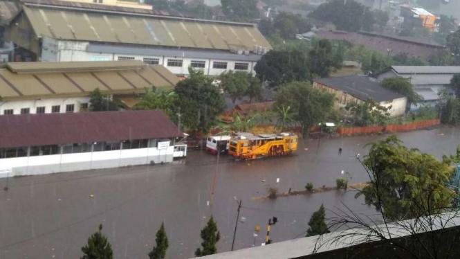 Rel kereta api stasiun Bandung terendam banjir, Minggu 13 November 2016.