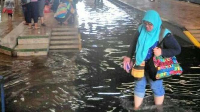 Banjir yang merendam Stasiun Bandung, Jawa Barat, Minggu (13/11/2016)