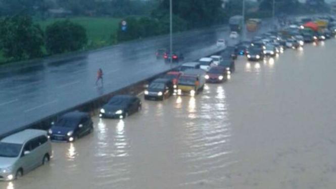 Banjir di KM 37 Tol Cikampek di ruas yang mengarah Jakarta. (13/11/16)