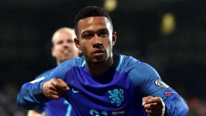 Pemain Belanda, Memphis Depay, usai mencetak gol.