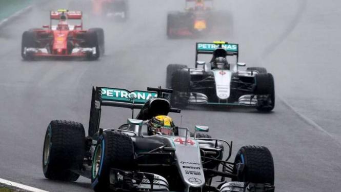 Pembalap Mercedes, Lewis Hamilton dan Nico Rosberg