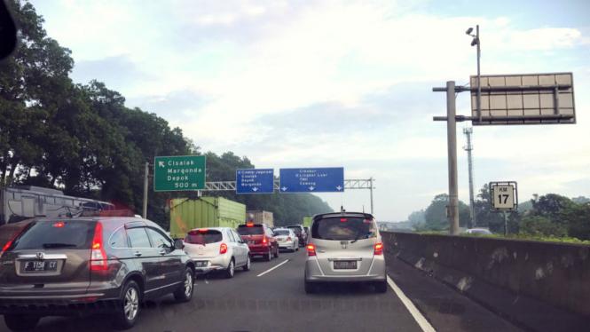 Imbas penanganan kecelakaan, Tol Cimanggis arah ke Cawang lalin padat.