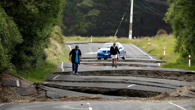 Jalan retak disebabkan gempa bumi 7,8 SR di Selandia Baru, 14 November 2016.