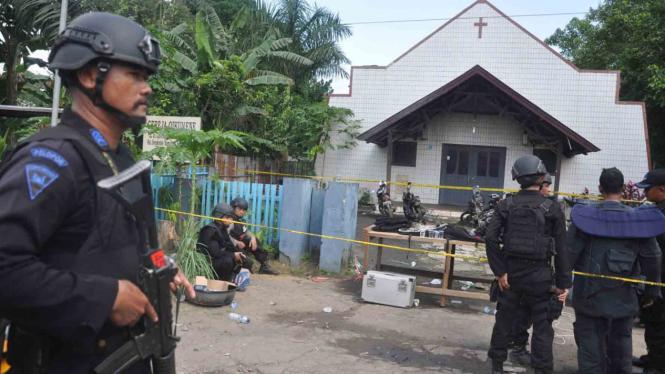 Tim Gegana Polda Kalimantan Timur melakukan pemeriksaan di Gereja Oikumene Samarinda usai terjadinya ledakan bom yang menewaskan seorang bocah berusia 3,5 tahun, MInggu (13/11/2016). Foto: ANTARA FOTO/Amirulloh