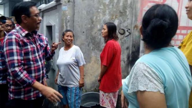 Djarot tinjau saluran air penyebab banjir di Pasar Baru.