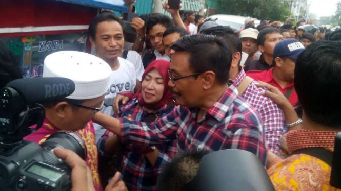 Djarot saat hadapi kelompok berpeci di Pasar Baru, Jakarta Pusat.