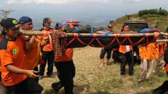Ilustrasi/Tim SAR gabungan mengevakuasi pendaki sakit di Gunung Sumbing,
