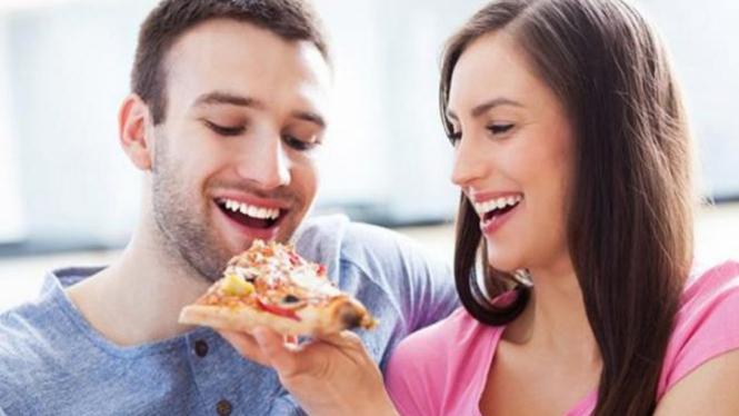Makan bersama pasangan.