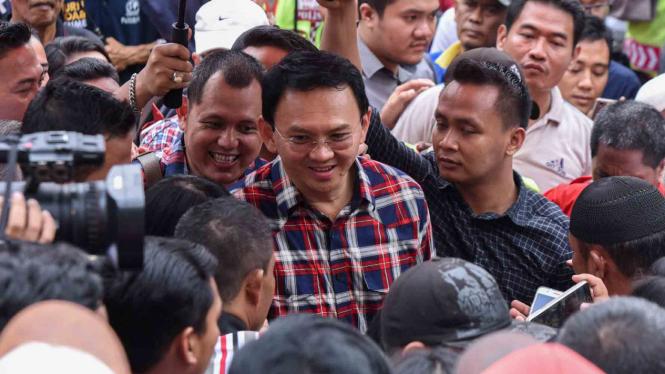 Ahok, calon petahana Gubernur DKI Jakarta, yang menjadi tersangka kasus dugaan penistaan agama, saat Blusukan di Jatinegara.
