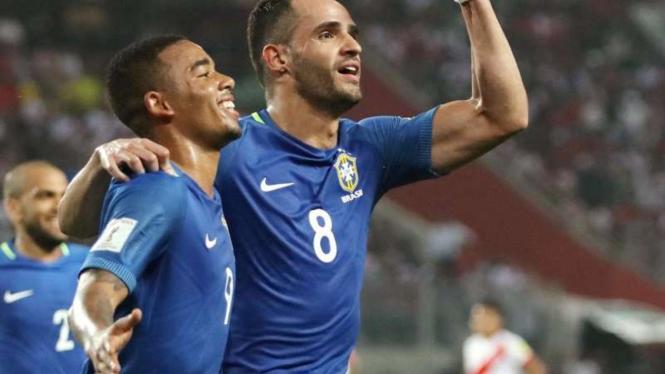 Pemain Brasil, Renato Augusto rayakan gol ke gawang Peru