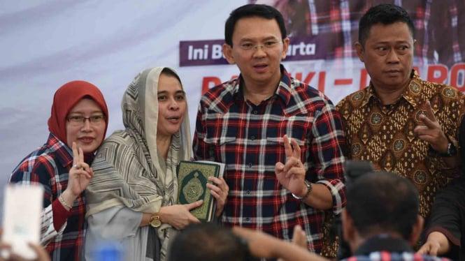 Calon Gubernur DKI petahana Jakarta Basuki Tjahaja Purnama atau Ahok bersama pendukungnya