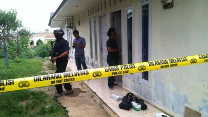 Aparat Densus 88 Mabes Polri menggeledah sebuah rumah kontrakan di Kampung Warung Asem, Sumberjaya, Tambun Selatan, Kabupaten Bekasi, pada Jumat, 18 November 2016.