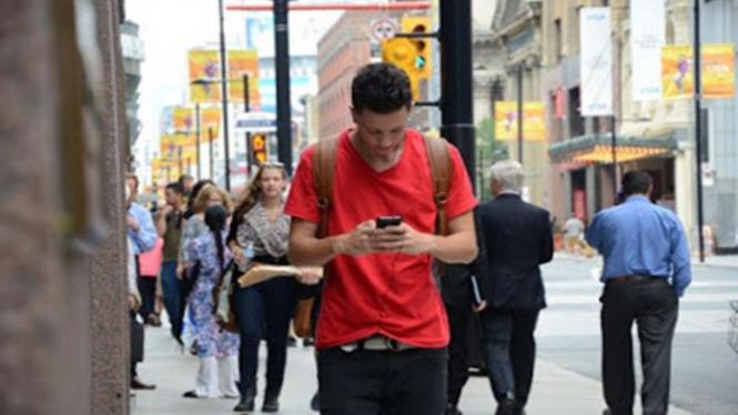 Menggunakan ponsel saat berjalan.