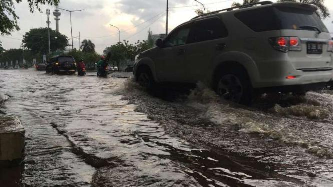 Genangan air sekitar 10 cm terjadi di Jalan Gerbang Pemuda.