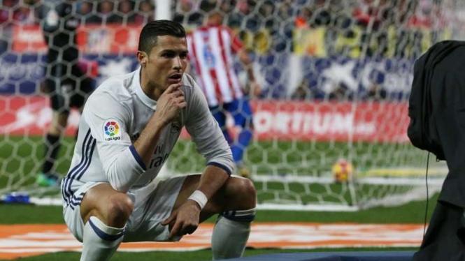 Pemain Real Madrid, Cristiano Ronaldo, usai cetak gol ke gawang Atletico Madrid