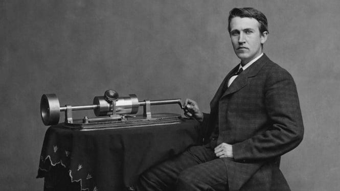Thomas Alva Edison dengan fonograf