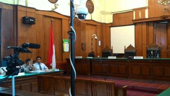 KPK dan KY ikut memantau sidang praperadilan mantan Menteri BUMN Dahlan Iskan.