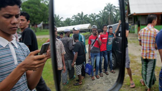 Imigran Rohingya asal Myanmar bersiap untuk direlokasi di tempat hunian sementara Desa Bayeun, Aceh Timur, Aceh, Jumat (11/11/2016).