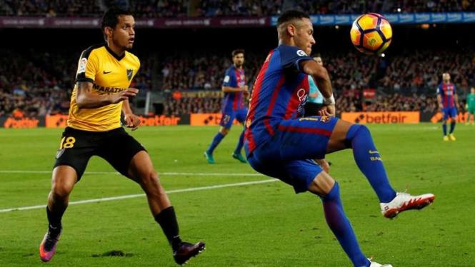 Bek Malaga, Roberto Rosales saat menjaga pergerakan Neymar