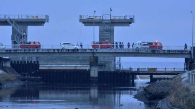 Warga Jepang memperhatikan kondisi sungai setelah peringatan tsunami