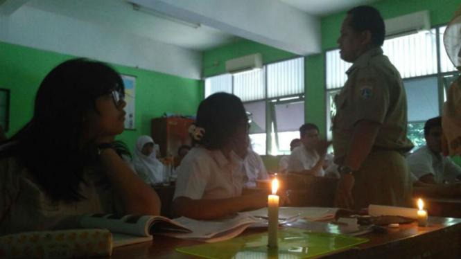 Kondisi siswa belajar pakai lilin karena bayar listrik menunggak