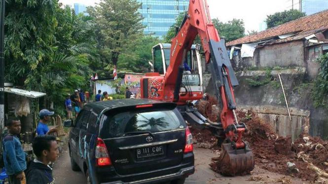 Ekskavator diturunkan perbaiki jalan yang  ambles
