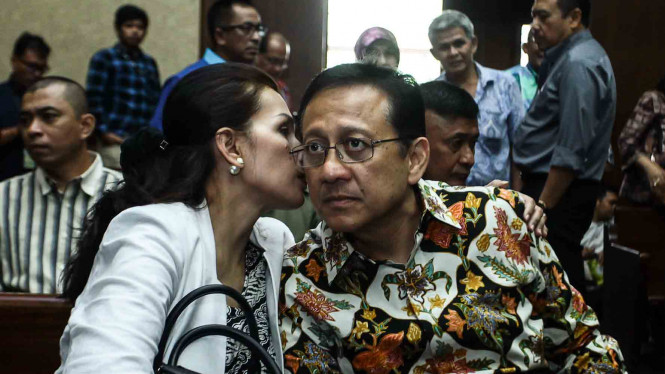 Mantan Ketua Dewan Perwakilan Daerah (DPD), Irman Gusman, bersama istrinya dalam sidang lanjutan dugaan suap distribusi gula impor di Pengadilan Tipikor.
