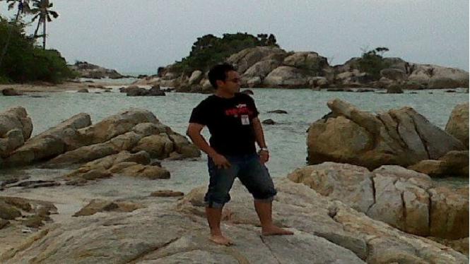 Menikmati salah satu pantai di Pulau Bangka.