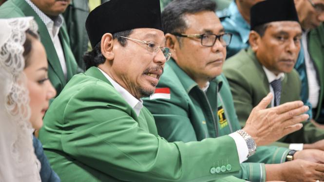 Ketua Umum PPP Muktamar Jakarta Djan Faridz (tengah).