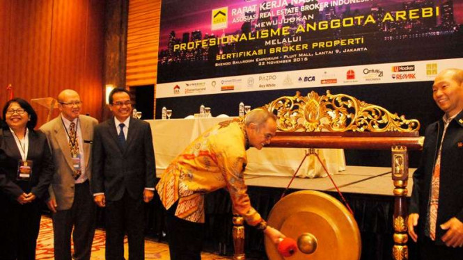 Dirjen Perdagangan Dalam Negeri Kemendag Oke Nurwan memukul gong
