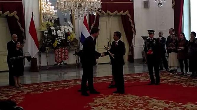 PM Belanda Mark Rutte kembalikan keris pada Presiden Joko Widodo.