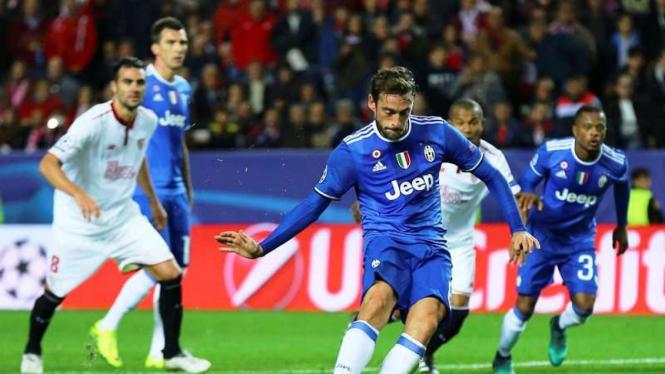 Gol pertama Juventus di laga melawan Sevilla datang dari eksekusi penalti