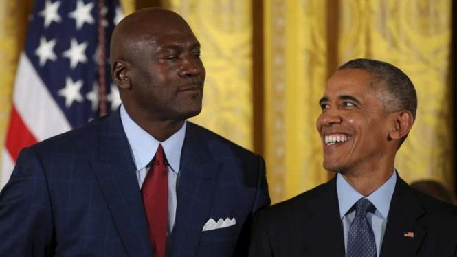 Legenda NBA, Michael Jordan (kiri) bersama Predisen AS, Barack Obama (kanan)