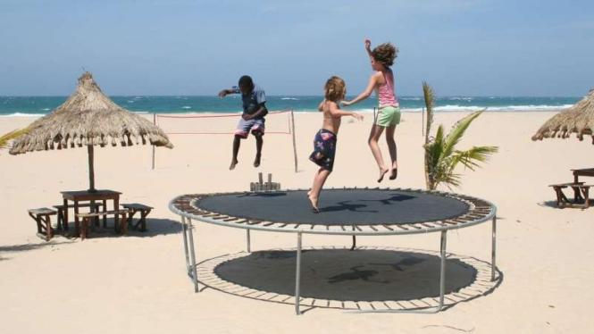 Ilustrasi bermain trampolin