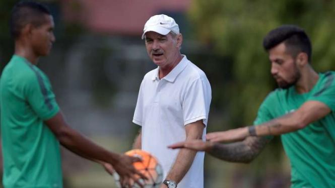 Pelatih Timnas Indonesia, Alfred Riedl (tengah)