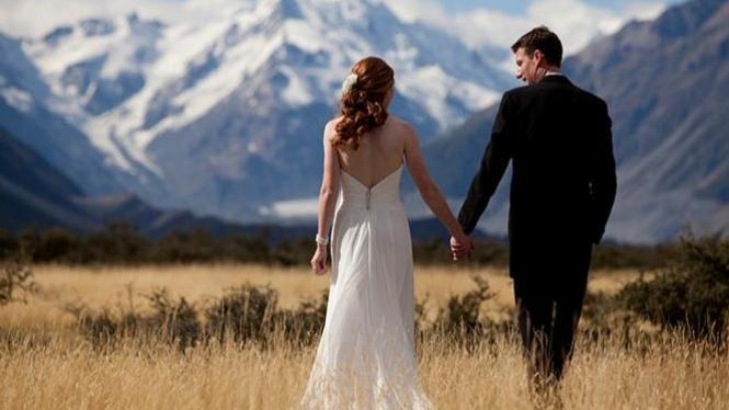Ilustrasi menikah di puncak gunung.