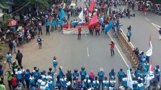 Buruh blokir akses jalan ke Tol Bitung, tolak UMK 2017