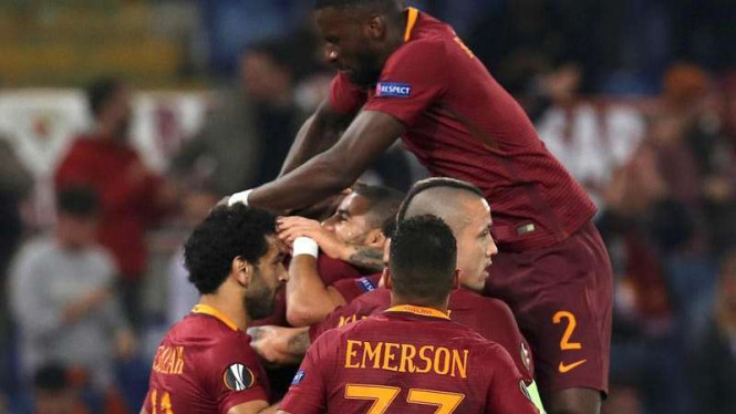 Para pemain AS Roma rayakan gol Edin Dzeko