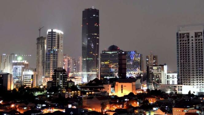 Pemandangan Bakrie Tower di malam hari