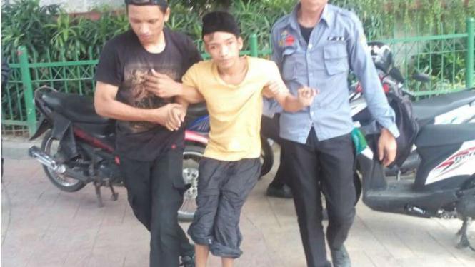 Asep (baju kuning) ditangkap karena mengemis di Tanah Abang, Jakarta Pusat.
