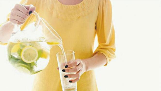 Ilustrasi minum air lemon.